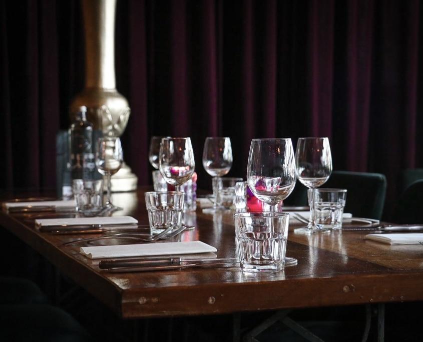 Tafel met wijnglazen in Restaurant Mucha